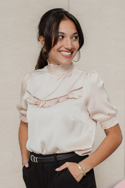 Short sleeve blouse with lace tape and ruffles zand